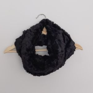 Accessories - 🌟2 for $20✨Faux fur black infinity scarf